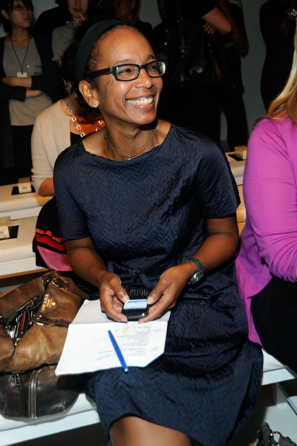 """Робин Гиван Моден редактор на The Washington Post Чаровната дама е носител на наградата """"Пулицър"""" за моден критик и журналист и безпроблемно свързва привидно несериозните модни индулгенции с по-широк културен контекст."""