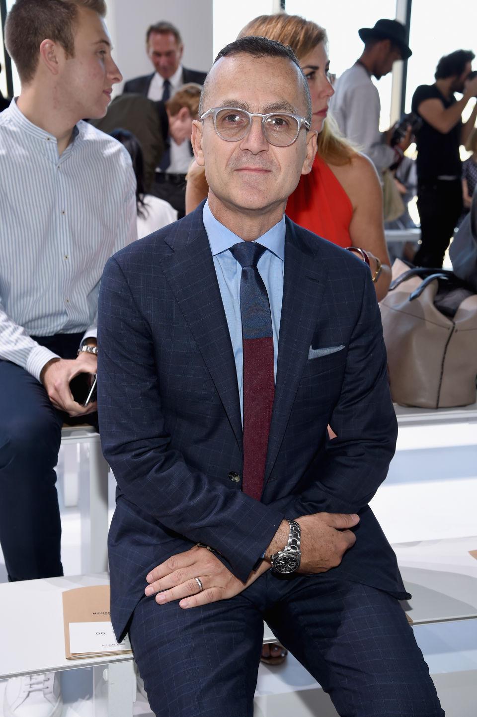 Стивън Колб CEO на CFDA Вероятно по-запознатите от вас имат представа кой е господин Колб, но все пак - той е председател на Съюза на модните дизайнери на Америка. Винаги е на първия ред на най-големите ревюта, присъства на всички важни фешън събития и винаги показва безупречен външен вид.