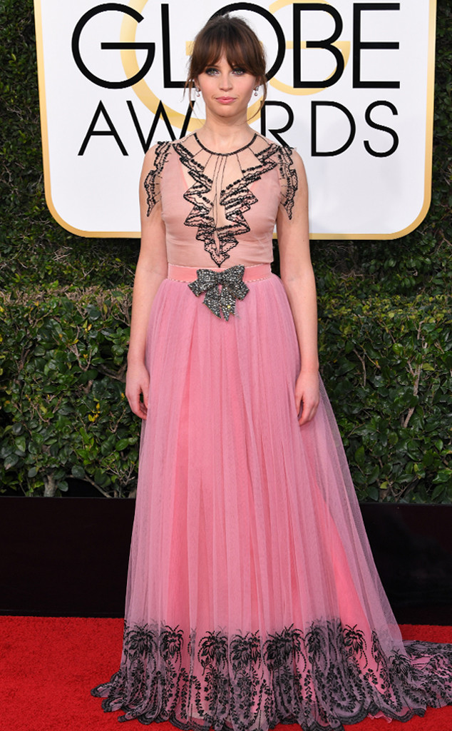 Прозрачно розовата Gucci рокля на Фелисити Джоунс е някак си доста претруфена - особено с тази панделка в средата!