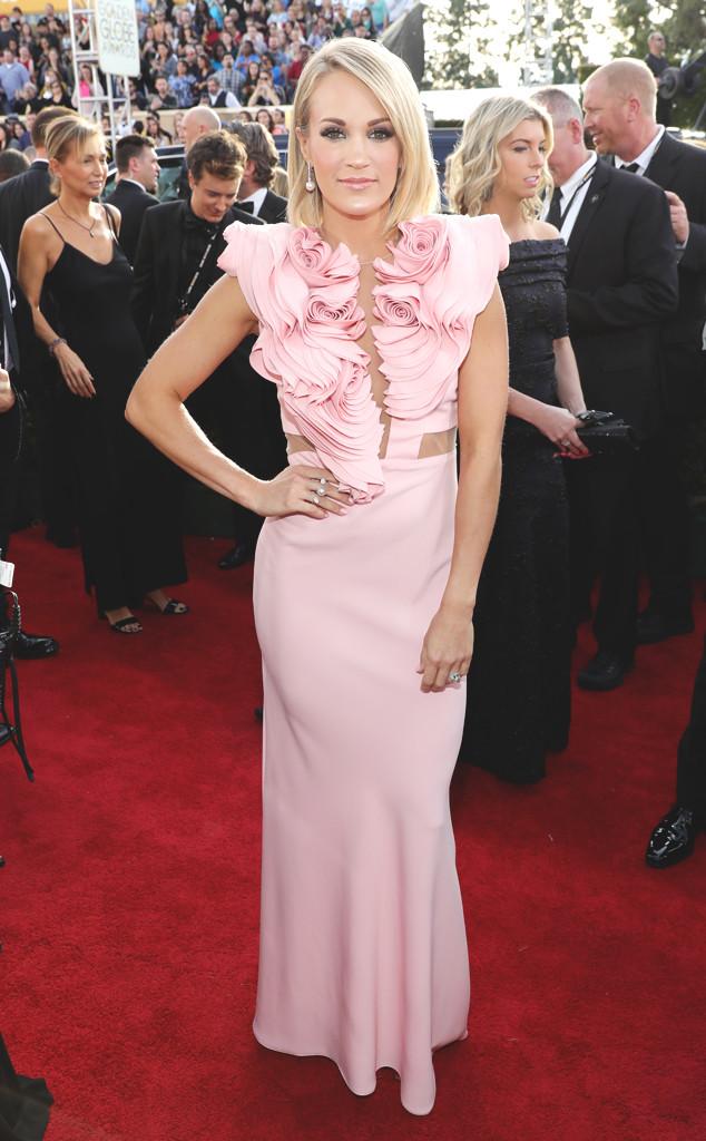 """Пастелената рокля на Кери Ъндерууд е перфектният пример за """"по-малкото е повече"""", защото тези къдри....."""