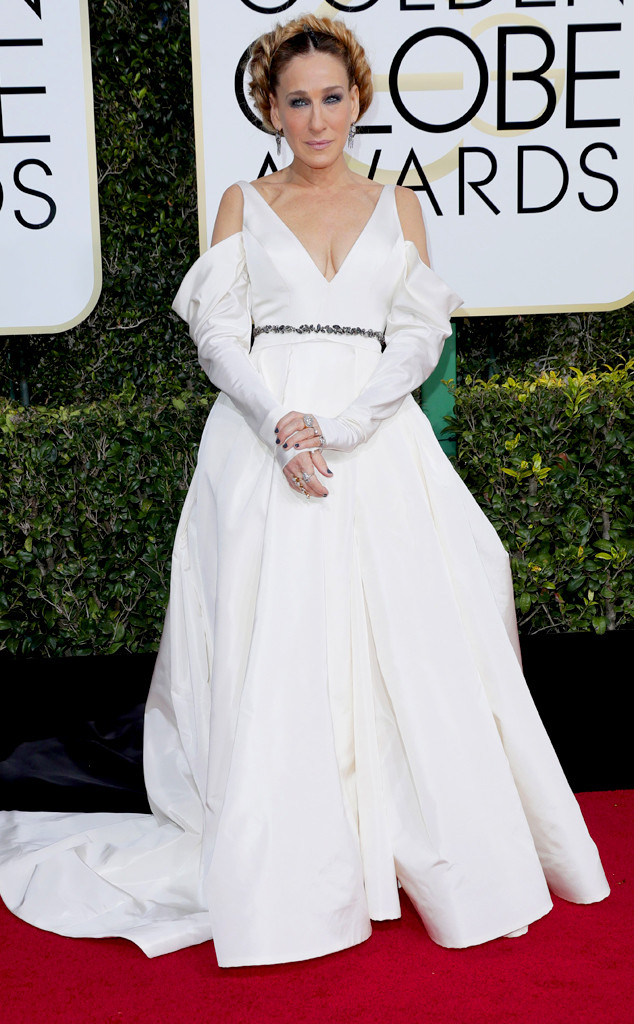 Доста сме разочаровани от тази драматично гигантска бяла рокля, която сме убедени, че е част от сватбената колекция на Vera Wang.