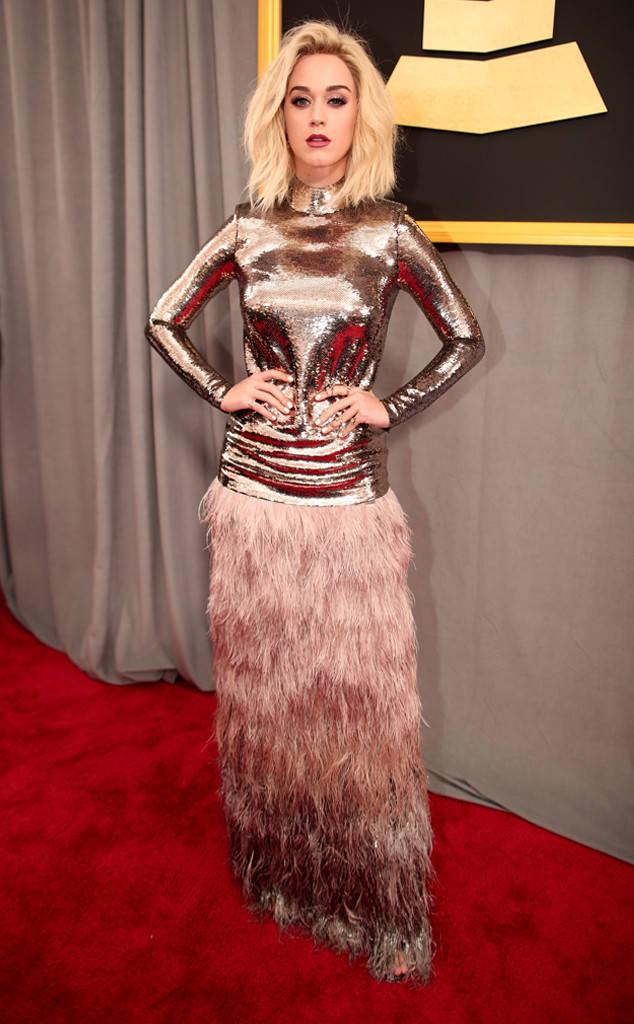 Кейти Пери Определено тази рокля кара хората да обръщат глава след певицата и определено в топ тенденцията в момента - РОЗОВОТО, но кройката й е доста не окей за около бедрата и дупето.