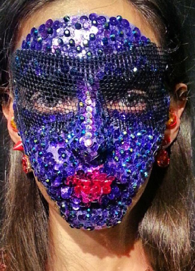 Givenchy, spring 2014Бляскавите племенни маски в шоуто на Живанши изискаха по 3 часа на момиче, по 1500 камъка Сваровски и щедра доза безгранично търпение от моделите и визажистите.