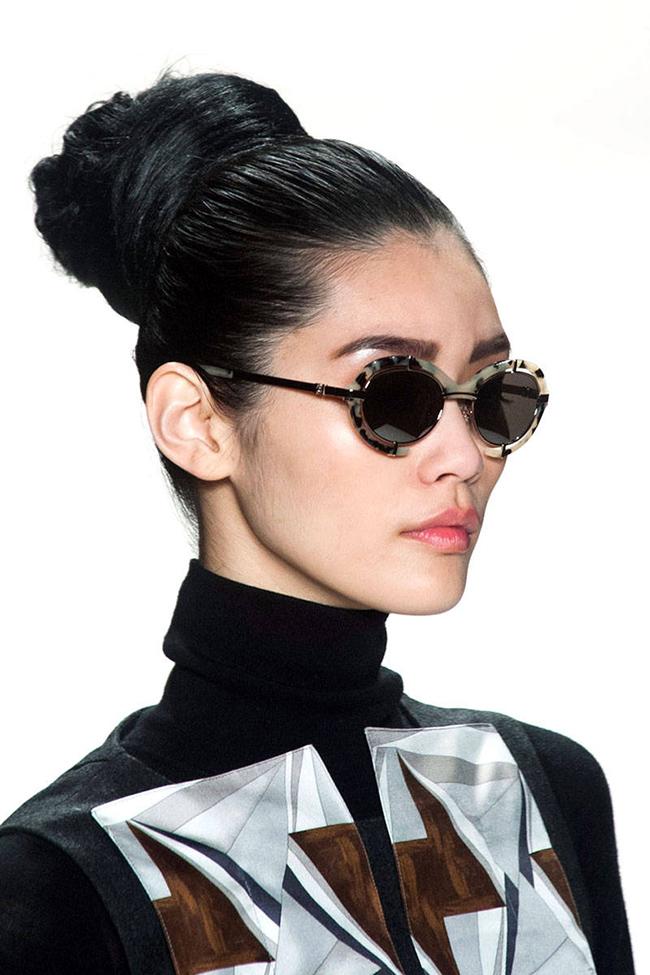 60-те и тяхното обаяниеСъс забележителен обем, нестандартни дължини, или тежко падащи прави коси, ретро намигването от 60-те е ярко застъпено на модния подиум, а Versace, Oscar de la Renta, Nina Ricci и Carolina Herrera са само част от предложенията.Carolina Herrera