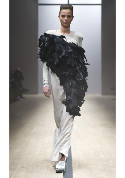Maria Nordström Дебютната колекция на музикантката, която става дизайнер е на границата между висша мода и ежедневни облекла. Забелязваме шифон, кожа, пера и вълна сред материите, както и сребърна бижутерия, която допринася със своята авангардност към колекцията. Дизайнерката предизвиква възхищение повече с форма, отколкото с цвят, но това не означава, че в нея не лежи един истински талант, който тепърва ще търси себе си чрез колекциите си.