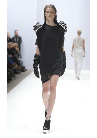 V AVE SHOE REPAIR За колекцията си есен-зима 2012 брандът е избрал за вдъхновение връзката между мъжа и машините. Палитрата включва предимно черно, с редки моменти на бяло, екрю и бледо зелено. Футуристични елементи виждаме както в кройките на някои рокли, така и в метални детайли по раменете на моделите. Качулките присъстваха с главна роля в този скандинавски спектакъл, а тежкото впечатление от колекцията бе подсилено от гладката кожа и плетивата.
