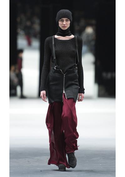 CHEAP MONDAY Джинсовият бранд постоянно ни предизвиква с нови начини за носене на дънки, а сега акцентът пада върху високо пристегнатата талия, напластяванията и страшно широките крачоли. Шведският лейбъл предлага някои източни влияния в тюрбаните, но запазва цветовете при джинсите – преобладават бордо, сиво и зелено, както и базисните нюанси черно, бяло и екрю. Харесаха ни смелите комбинации на различни аксесоари като тиранти, ръкавици без пръсти, шалове, очила и тънки колани или всички заедно в един аутфит, за който мечтаем по софийските улици.