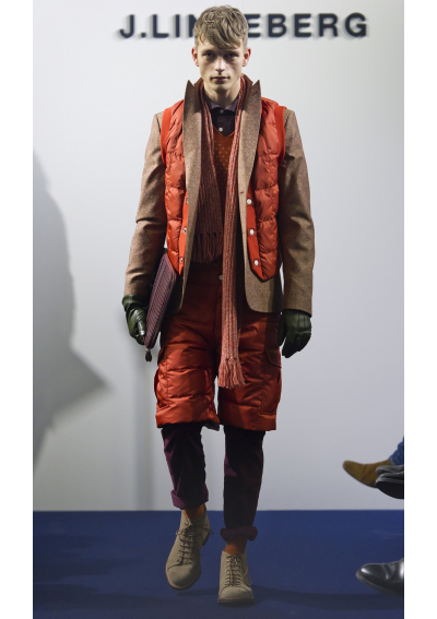 J.LINDEBERG Комбинативността във всичните й форми ни допада много в есенната колекция на лейбъла. Мъжките облекла са симбиоза от стриктно елегантни панталони и изцяло спортни решения като пухенки, облекла от ски-екипировките в комбинация с делови сака и всякакви плетени аксесоари. Размечтахме се дори ние за такива топли дрехи. Червено, синьо и зелено бяха сред палитрата на мъжката колекция, а ние винаги се радваме на повече цвят в консервативния мъжки гардероб.
