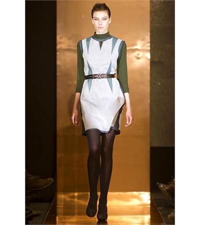 Stine Riis Дизайнерката Стине Рииз е победителката в конкурса за таланти на H&M и като награда представи своите творби на стокхолмската седмица на модата. Ние харесахме нестандартните й цветови решения в керемидено, синьо и маслинено зелено. Младата дизайнерка има свой поглед към съвременната женственост, който влива своята иновативност в цялостната скандинавска стилистика. Ние приветстваме смелите й хрумки с отворени обятия.