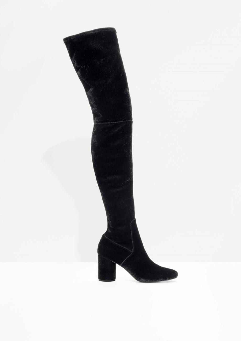 Кадифени ботуши над коляното &Other Stories, защото са най-търсеният модел обувки на сезона и страшно ни харесват. 342лв. stories.com