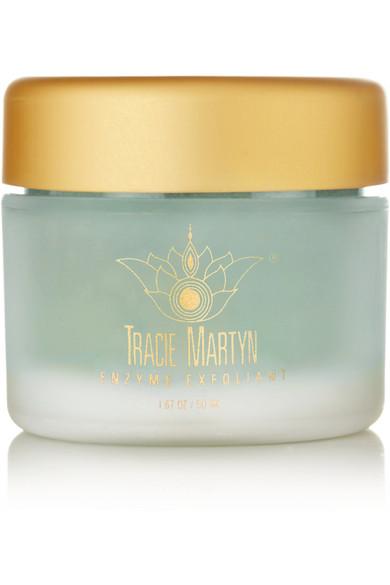 Ексфолиант с ензими Tracie Martyn, за да постигнем така мечтаното сияние на кожата с лекота. 170лв. net-a-porter.com