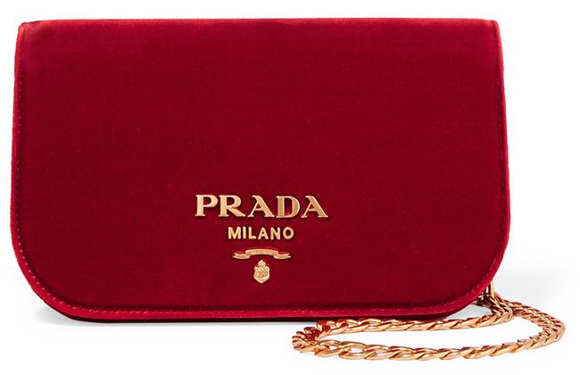 Чантата Prada е подаръкът на подаръците. И нека е в червено! 2632,50 лв. net-a-porter.com