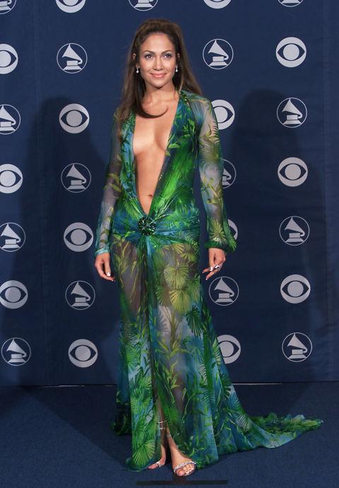 """2000 На 42-та церемония по раздаването на музикалните награди """"Грами"""" в тази така обсъждана рокля дело на Versace"""