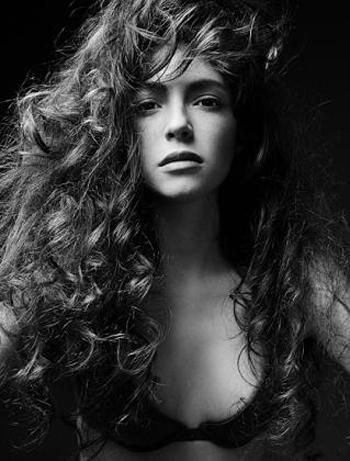 ГлорияМоделът от Ivet Fashionкраси всяко българскосписание, освен товапритежава ум и артистичност,които я правят още по-очарователна.Музата на многостилисти и фотографи.Сн. Ivet Fashion