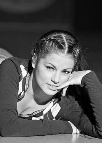 Жени от Survivor 3 Красотата  винаги оцелявa!А нежната й лолитска хубосттопли страниците навсяко българско издание.