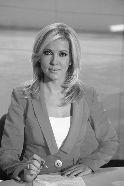 Валя ВойковаВодещата на новините по Про.бг е въплъщение на чара, производен на класическа блондинка. Светло око, прекрасно русо, снежен тен, елегантност.Сн. PRO.BG