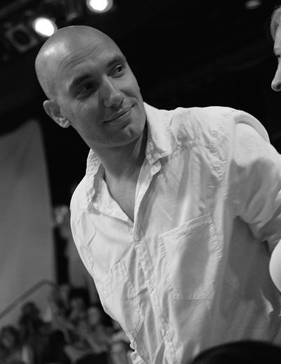 Захари БахаровВисок, снажен, талатлив български актьор. С много роли, с много харизма, на сцената е с неудържима страст и въздействие.  Със заето сърце.Сн. ViewSofia