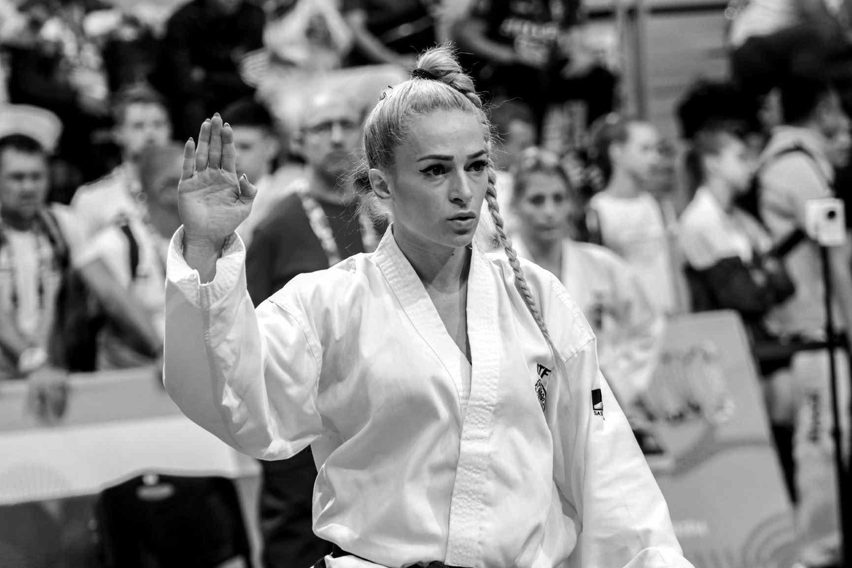 Албена Ситнилска Силна е тая жена, и е хубава! Албена Ситнилска, многократната ни медалистка от републикански и международни първенства по таекуондо, извоюва поредна титла в преуспешната си кариера преди по-малко от месец  - атрактивната блондинка прибави към европейската си титла по кикбокс и световна.Чар, силен дух и амбиция в едно - най-големите победи тепърва предстоят, сигурни сме.  сн.: Митко Балабанов