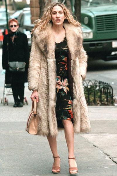 И този красив контраст между сандала, нежната рокля на цветя и палтото от кожа с косъм.