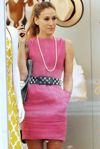 Розово мини с перлен гердан и колан с капси - добър урок за възможностите на аксесоарите.