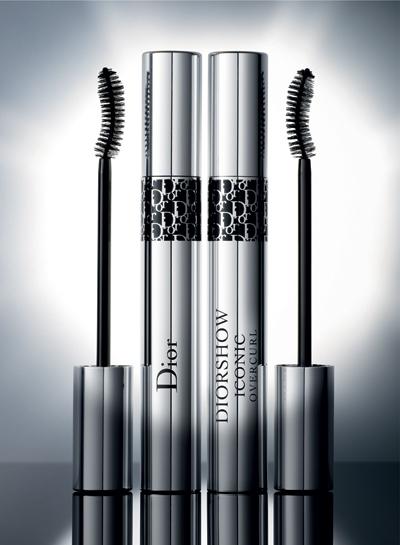 Diorshow Iconic OVERCURLЗад вълнуващото кодово име се крие безпрецедентен потенциал. Пресъздавайки обгръщащите и оформящи качества на еластана, тази авангардна формула съчетава различни полимери, които опъват, обличат и дефинират миглите. Оптимизирана с три масла и восъци, новата култова спирала Diorshowпритежава мощен ефект да увеличава миглите ипридава грандиозно и дълготрайно извиване само за миг. Diorshow Iconic Overcurl облича миглите в три вибриращи, пленителни и интензивни цвята - черно, кафяво и синьо.Препоръчителна цена: 63 лв. в Pretty Shop
