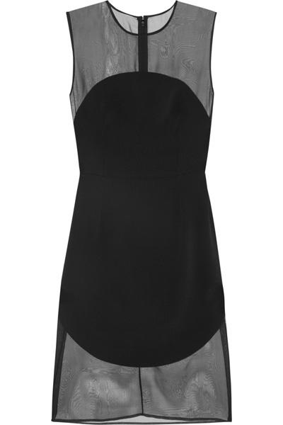 Малката черна рокляЕдно невероятно лускозно преживяване отStella McCartney в тенденцията на прозрачните материи.1 075 евроnet-a-porter.com
