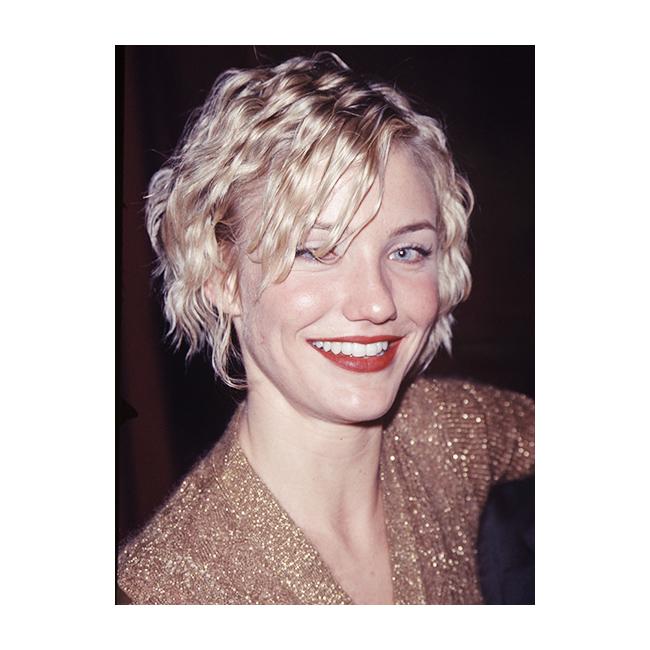 Хрупкави коси През 90-те текстурата на косата е наистина важна, независимо дали говорим за плитки, вълни или хрупкави къдрици (на докосване едва ли е било много приятно). Камерън Диас ни показва популярната прическа тогава - накъдрена с преса и силно фиксирана.