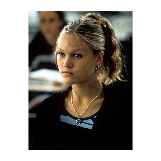 """Тънки падащи кичури… Всяка роза има бодли и всяка коса вдигната нагоре има своите пипала. Идеята на 90-те е да се омекоти скованата визия на вдигнатата коса, затова момичетата смело вадят свободно падащи кичури около лицата си. Джулия Стайлс носи популярната прическа в """"10 неща, които мразя в теб""""."""