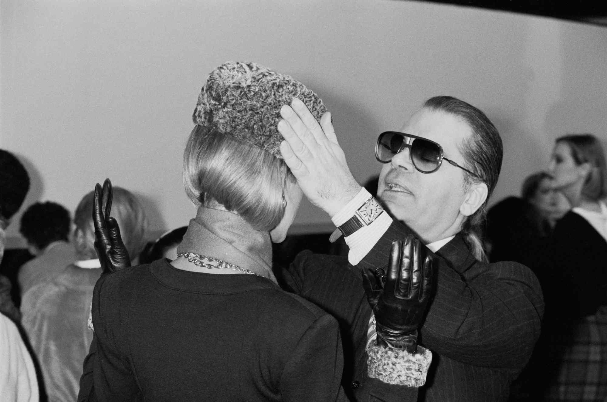 Карл бекстейдж на първата си колекция прет-а-порте за Шанел, 27-ми март 1984 г.