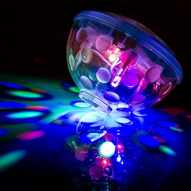 Цветен прожектор за под вода. Толкова по-забавно ще е следващото лято. 24лв. prezzybox.com
