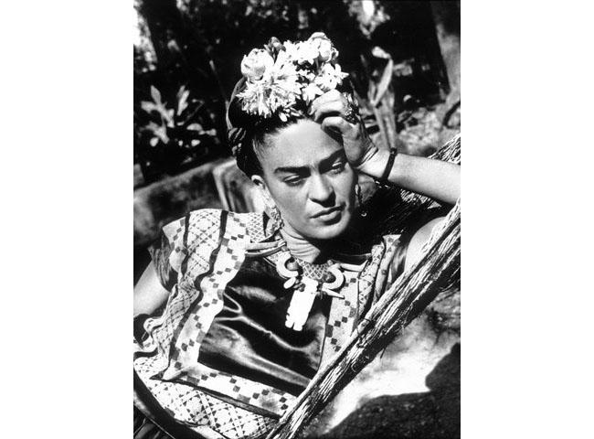 Фрида Кало е страстна привърженичка на мексиканските традиционни носии, които съчетава със сплетени високо коси, корона от цветя и масивни бижута