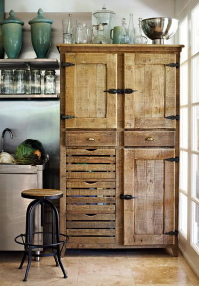 Любовта към винтиджа низаведе до този старинен шкаф, който някои бабивсе още имат на село. Красив акцент за кухня в неутрални цветове. Design traveller