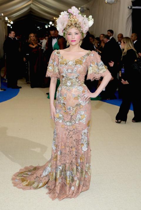 Хейли Бенет в Dolce & Gabbana.