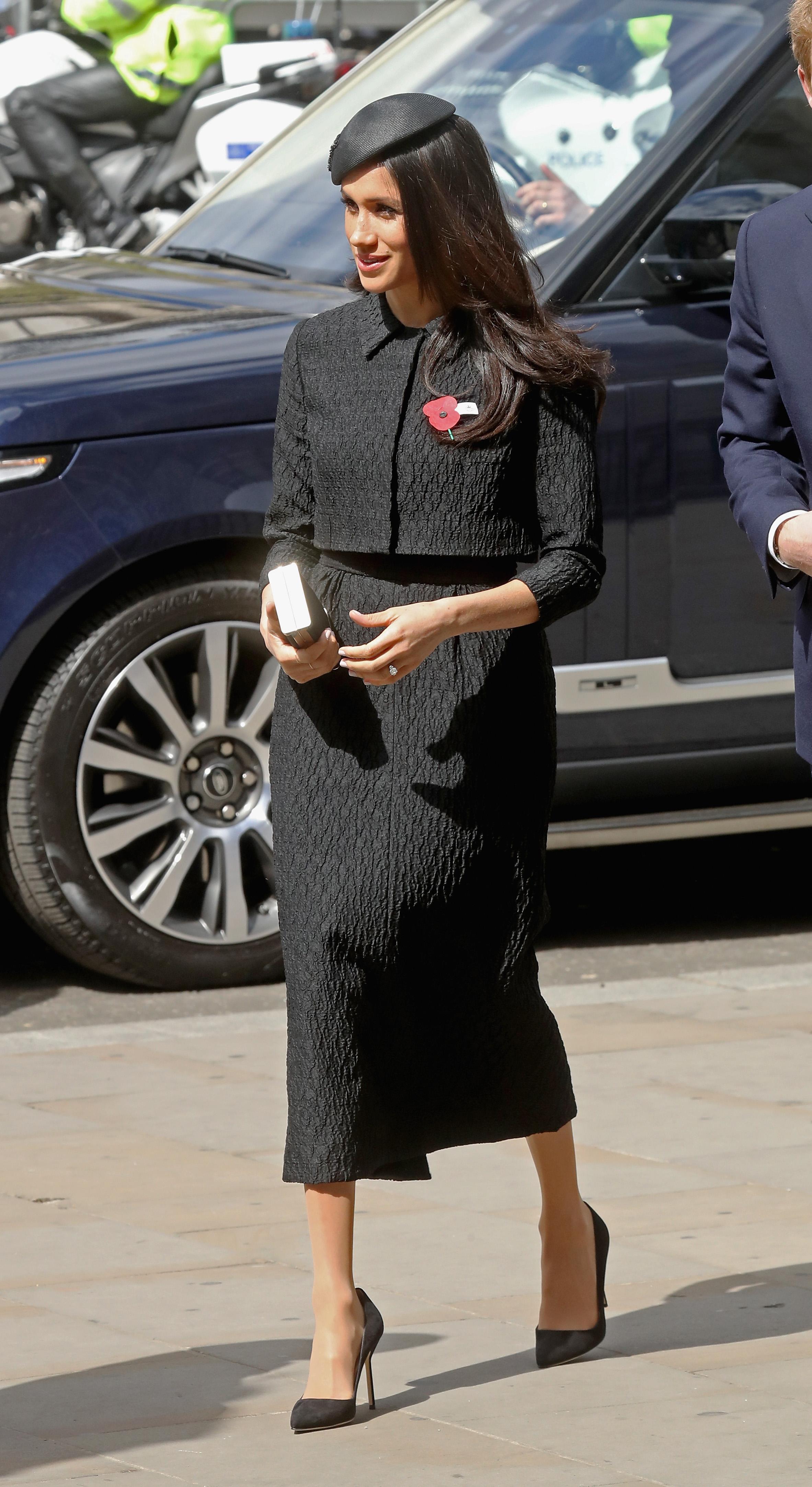 Не без тези дрехи Всъщност на Маркъл вече й е забранено да пътува където и да било, без в куфара й удобно да са настанени сет от дрехи за погребение. Причината - всички знаем, че всъщност Елизабет II става кралица докато е на посещение в Кения, тък като баща й принц Джордж VI умира внезапно. Тогава тя едва намира тъмна рокля, с която да излезе от самолета при приземяването си на английска земя.