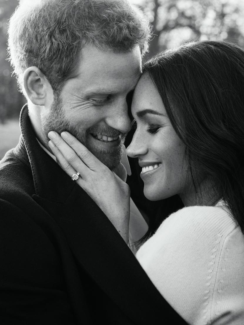 Без цуни-гуни Всъщност Хари & Меган доста често се държат за ръце, като напълно нормална двойка, но този вид романтична показност категорично е забранена от Двореца. Реално няма официално правило, което ограничава публичните изяви на обич, но има дългосрочна традиция, която гласи, че кралските двойки трябва да сведат до минимум прегръдките, целувките и тем подобни.