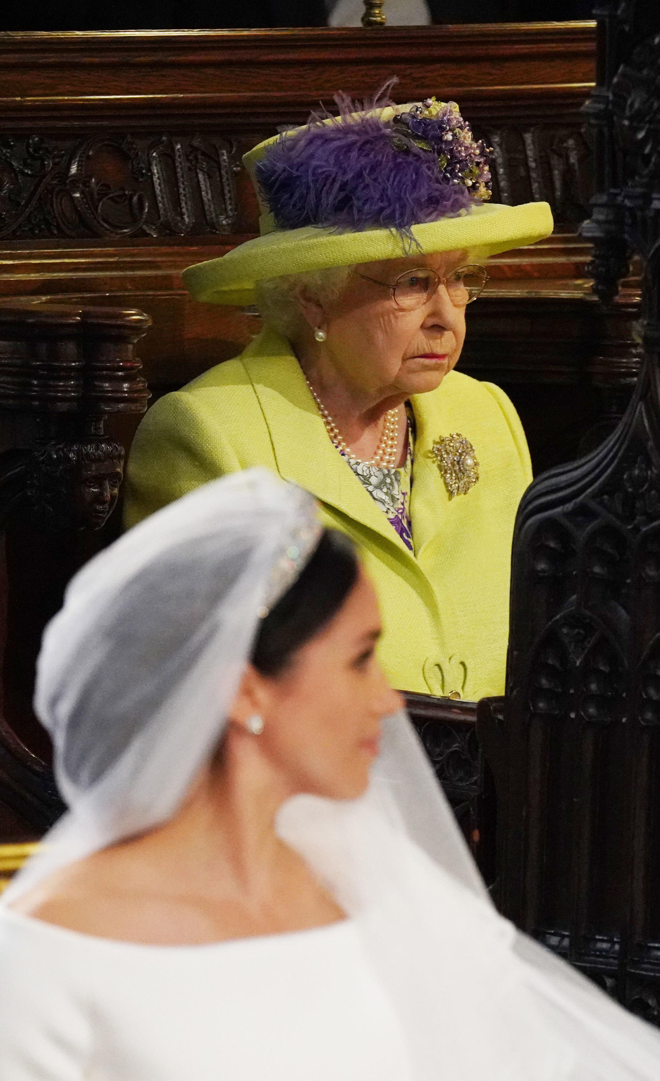 Сън ли бе да го опишеш... На херцогинята на Съсекс й е позволено да си почива по всякога време, когато си у дома, но не й когато е на гости у Кралицата. Оказва се, че съпругата на принц Хари не може дори да си помечтае за сън, когато Елизабет II е будна. За щастие монархът на Великобритания много рядко си ляга да спи преди 23.30ч.