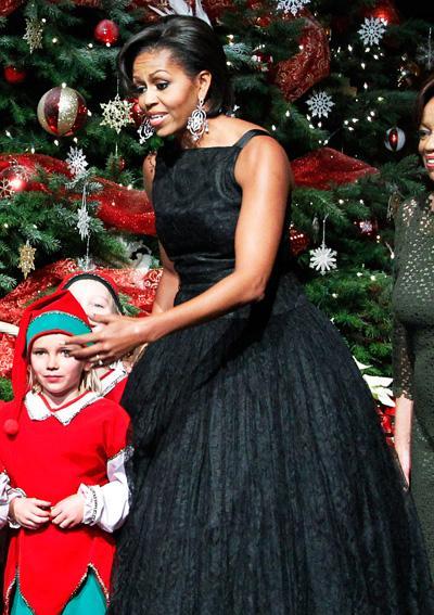 2010: В убийствена черна рокля дело на Norman Norell.