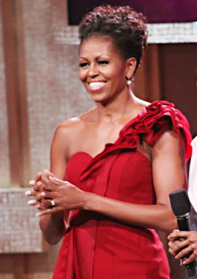 2012: В червена рокля с едно рамо на J. Mendel.
