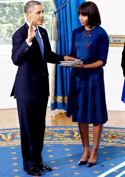 2013: За втората церемония по заклеването на Барак Обама, Мишел носи рокля в цвят ултрамарин на Reed Krakoff.