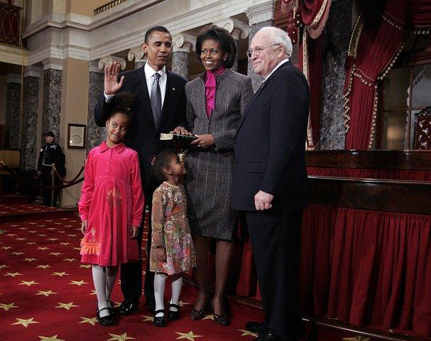 2009: В сив костюм и цикламена блуза при първата клетва на Барак като президент на САЩ.