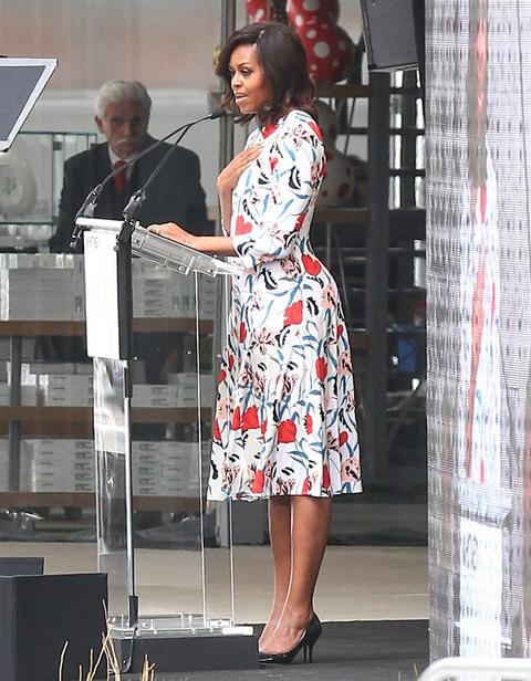 2015: Отново в рокля с флорален принт, този път дело на Thakoon.