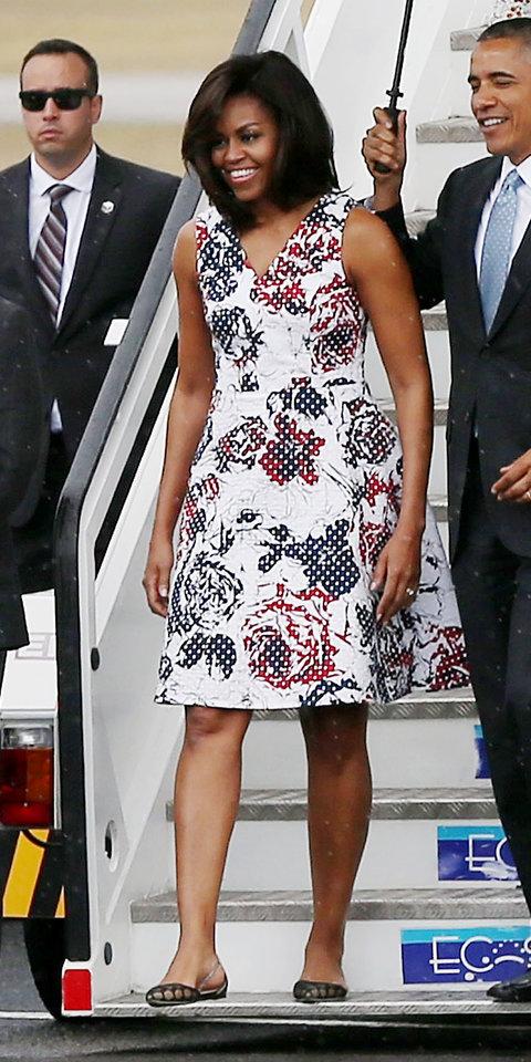 2016: За посещение в Куба Мишел избра бяла рокля на графични цветя на точки