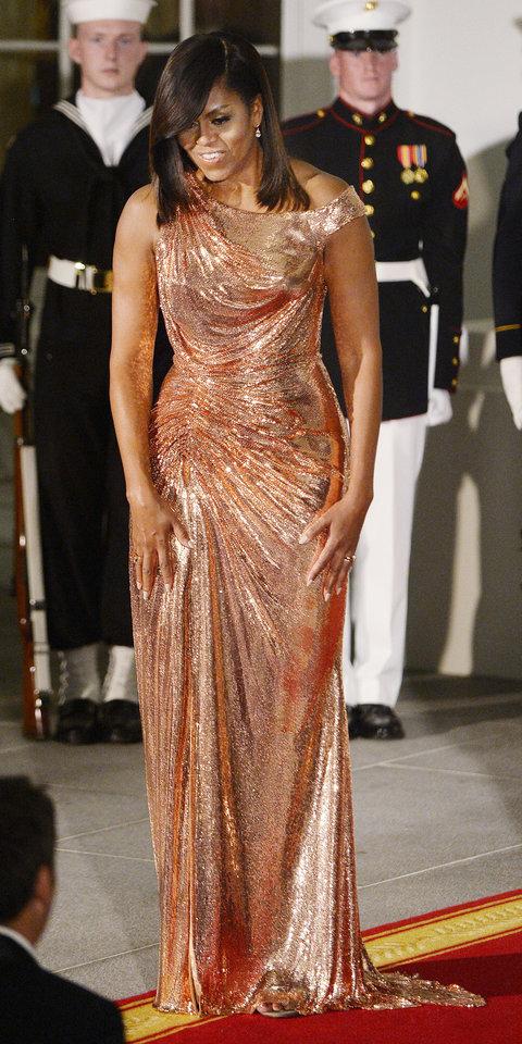 2016: В рокля от розово злато на Atelier Versace за последната си официална вечеря в Белия дом.