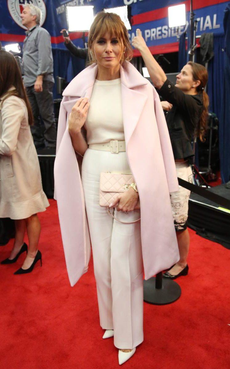 По време на Републиканския президентски дебат, октомври 2015-та, госпожа Тръмп обра погледите с широки бели панталони с висока талия, бледорозово палто, небрежно наметнато на раменете и шик розов клъч на Chanel, който струва поне 6 хиляди долара.