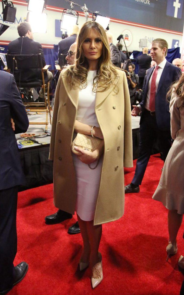 На друг дебат, декември 2015 г., Мелания избира изискана бяла рокля, раменете са покрити с палто в изискан camel.