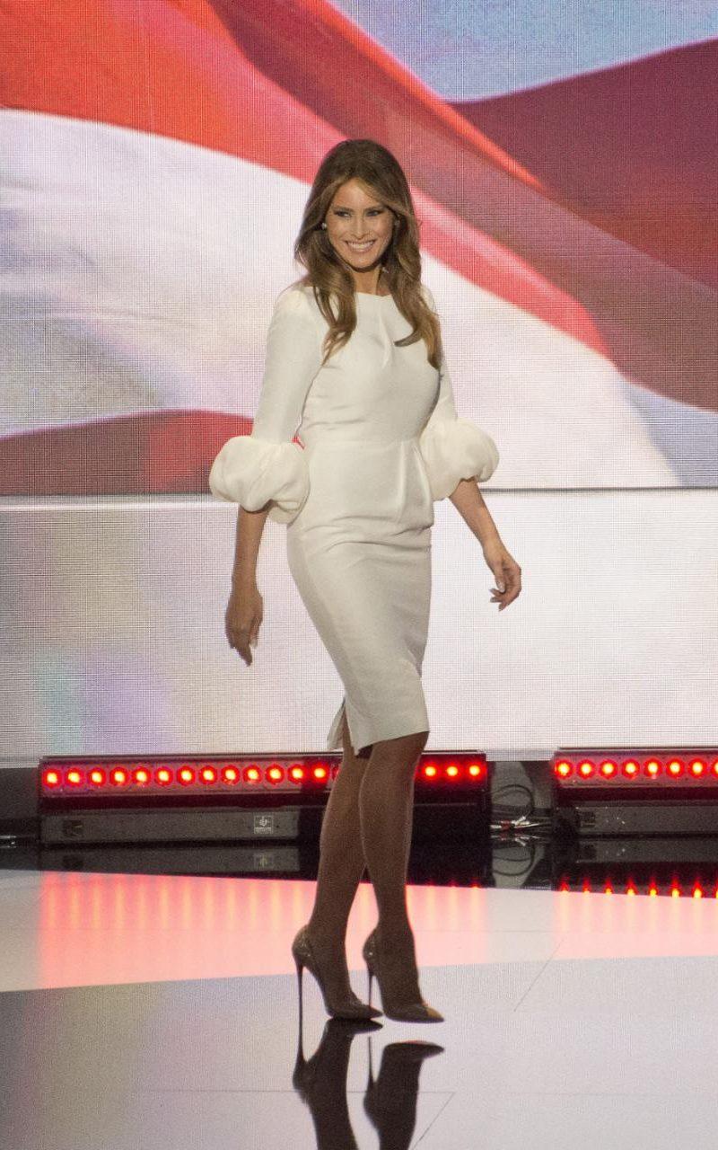 На националния конгрес на Демократическата партия, където изнася реч, Мелания е бяла рокля на Roksanda, чиято точна цена е $2,190.