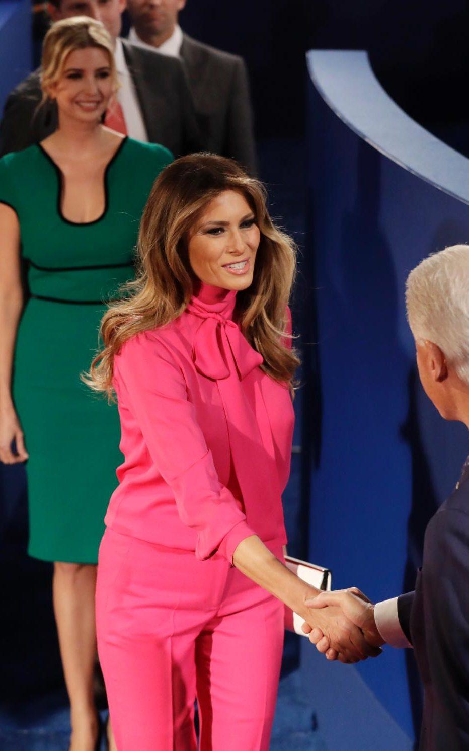 За втория ТВ дебат на съпруга й, госпожа Тръм се появи в убийствена блуза на Gucci с панделка, видимо много скъпа отново.