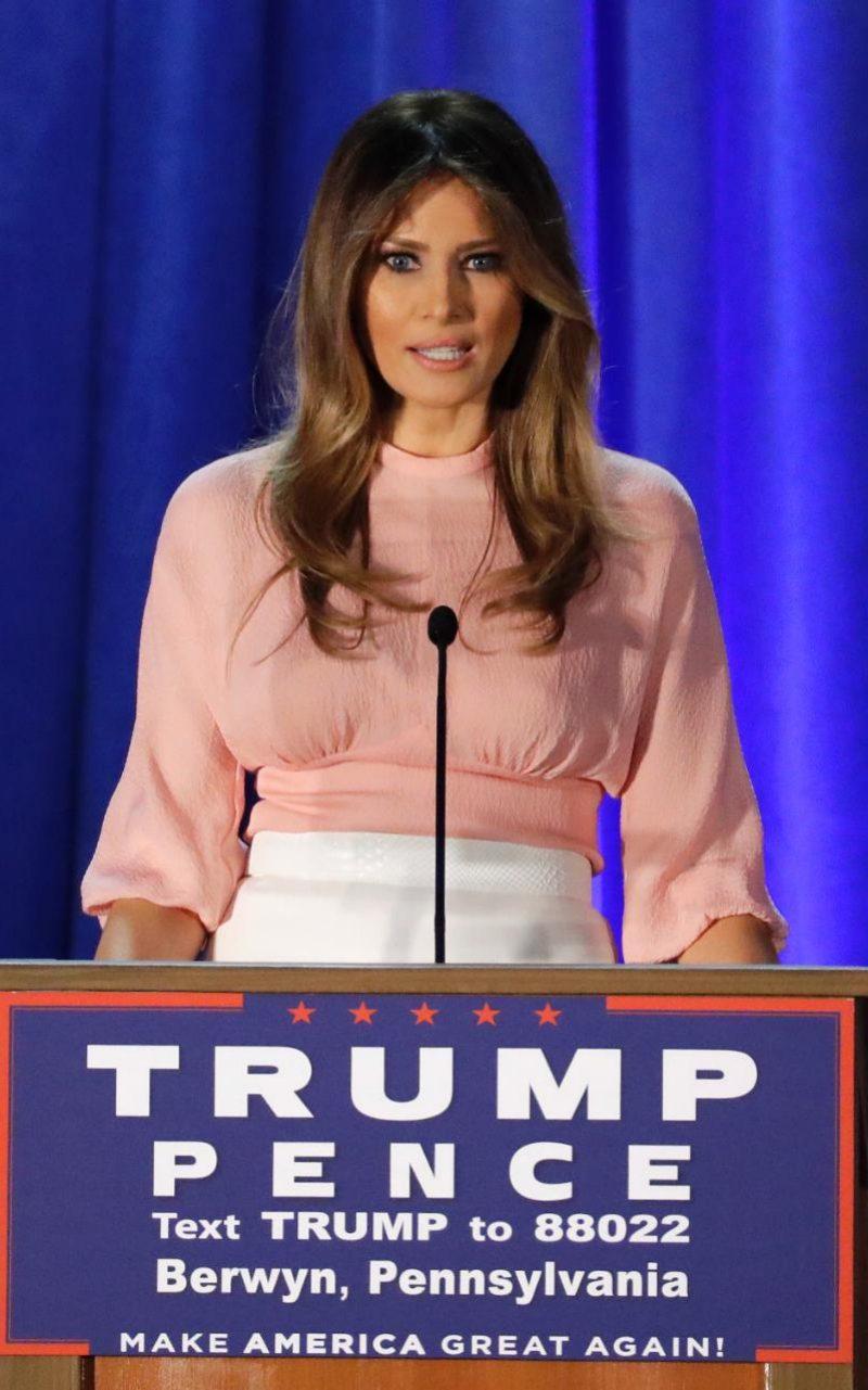 За втората в живота си реч, изнесена в Пенсилвания, Тръмп избира блуза, дело на Emilia Wickstead в бледо розово за около 900 долара.