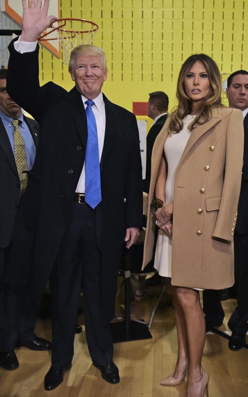 В деня на изборите Мелания носи бежово палто на Balmain, наметнато върху бяла рокля на Michael Kors.