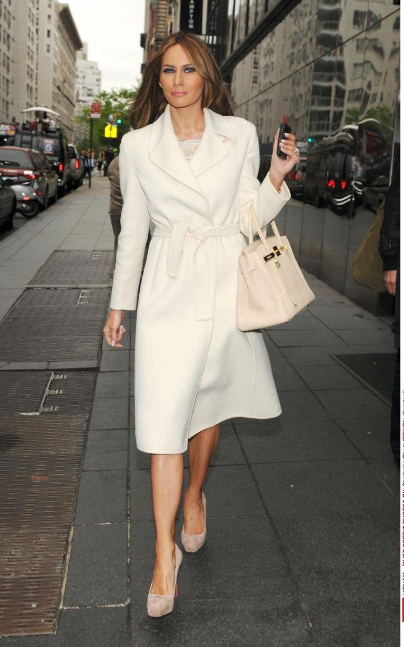 Когато се появява в ТВ предавания, бившият модел е също много елегантна. Годината е 2010, а Тръмп се е запътила за студиото на шоуто Good Day, New York. Дамата е облечена в дизайнерско бяло палто, а под ръка е подхванала чанта Birkin, за който модел на Hermes знаем отлично, че струва между $11,550 и $150,000.